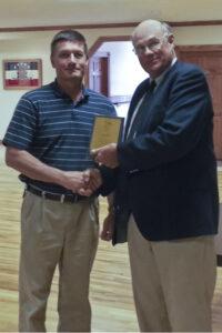 タスコラ郡経済開発公社取締役会会長のBill Bushaw(右)は、Walbro Engine Managementのロイ・グリーンウッド(Recreation / Marine and Aftermarket)ゼネラルマネジャーに経済開発賞を贈呈します。