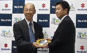 タイスズキモーター株式会社社長の内田聡(左)が、ウォルブロタイにスズキベストサプライヤー賞を贈呈します。 Walbro Thailandに代わってカスタマー・マネージャーの渡邊啓(右)が賞を受賞しました。